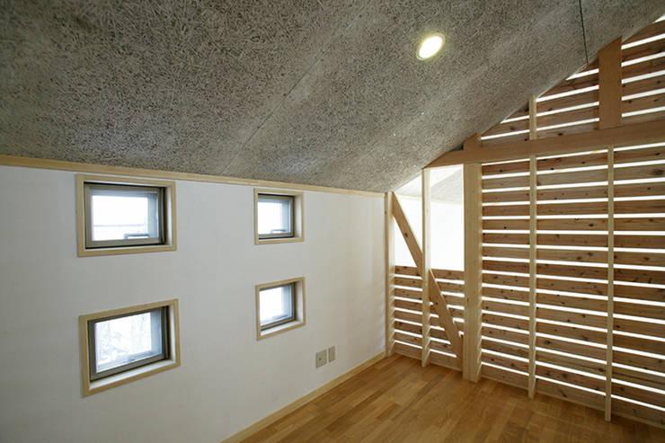 新潟の家 寝室: 腰越耕太建築設計事務所が手掛けたサンルームです。,モダン