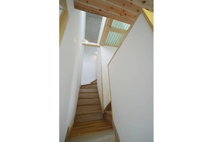 新潟の家 階段: 腰越耕太建築設計事務所が手掛けた廊下 & 玄関です。,モダン