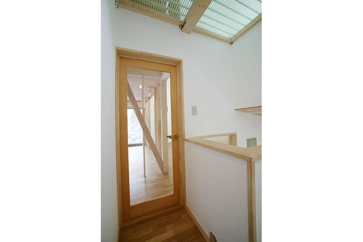 新潟の家 リビング入口: 腰越耕太建築設計事務所が手掛けた廊下 & 玄関です。,モダン