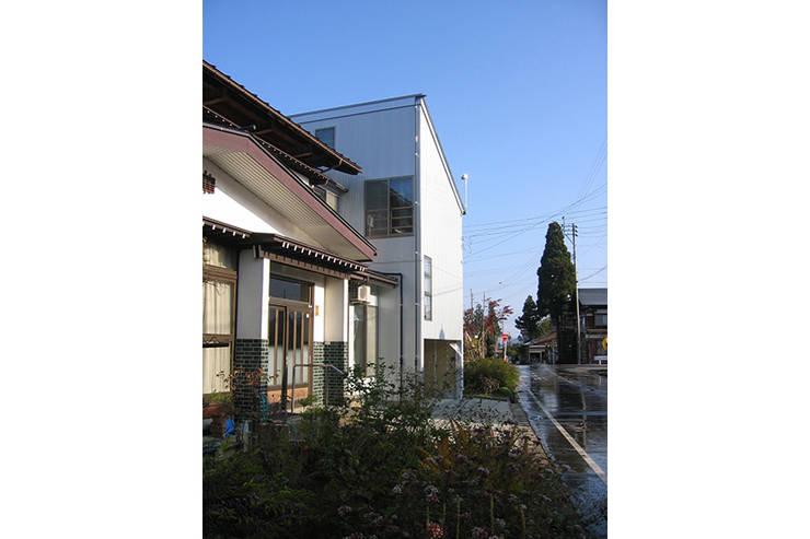 新潟の家 外観2: 腰越耕太建築設計事務所が手掛けた家です。,モダン