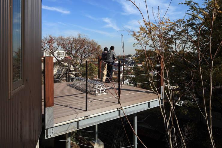 横浜の家: TAMAI ATELIERが手掛けたテラス・ベランダです。