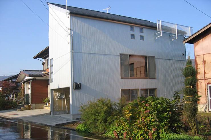 新潟の家 外観3: 腰越耕太建築設計事務所が手掛けた家です。,モダン