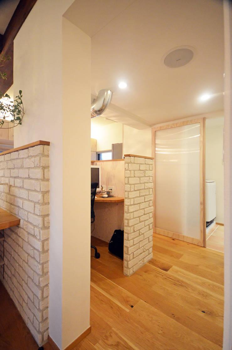 PCコーナー: 大塚高史建築設計事務所が手掛けた書斎です。