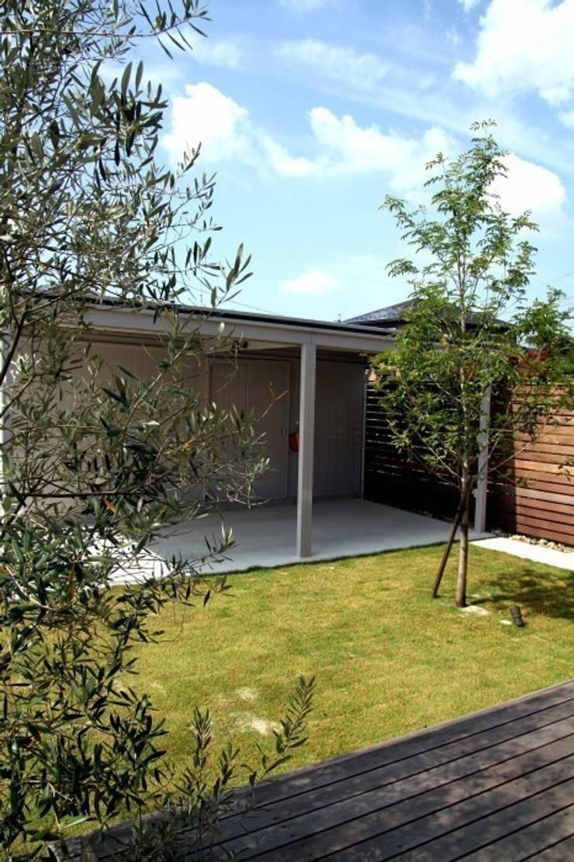 西荘の庭: LIVING DESIGNが手掛けた庭です。