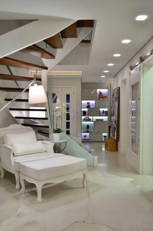 Elegante casa em condomínio: Corredores e halls de entrada  por Tania Bertolucci  de Souza     Arquitetos Associados