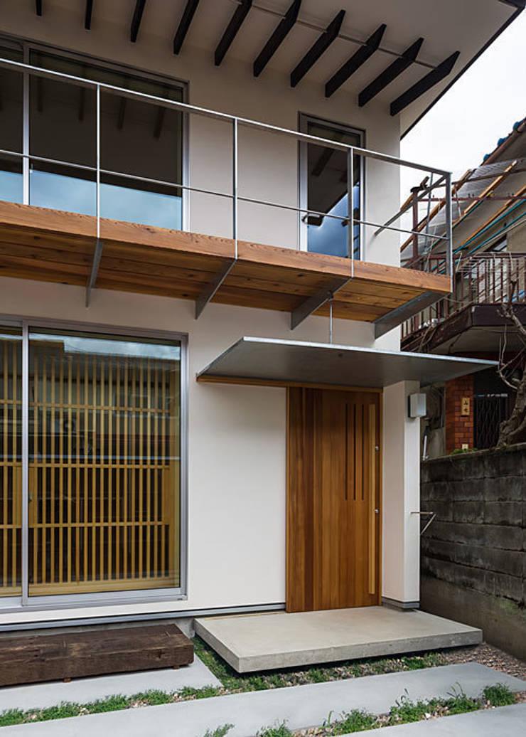 アプローチ・玄関: 河合建築デザイン事務所が手掛けた家です。