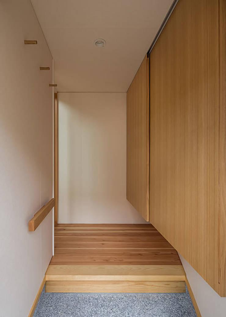 玄関と吊り下駄箱: 河合建築デザイン事務所が手掛けた廊下 & 玄関です。