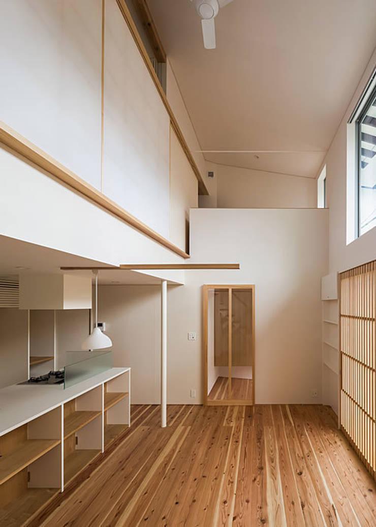 広間・吹抜と2階書斎: 河合建築デザイン事務所が手掛けたリビングです。