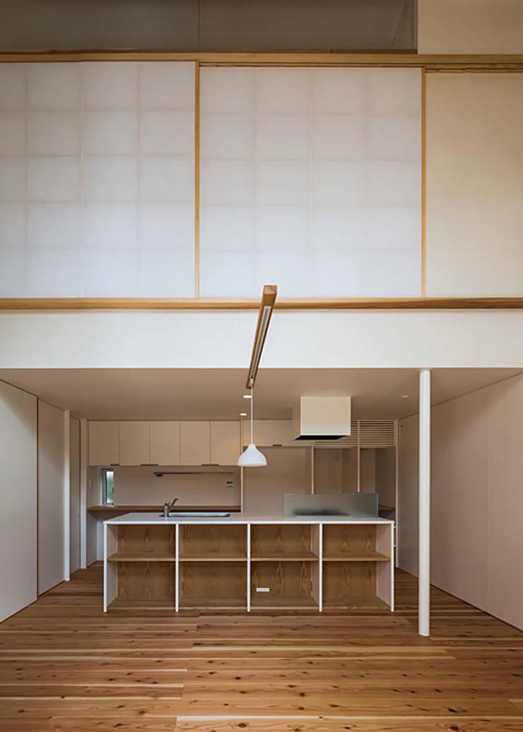 広間・台所: 河合建築デザイン事務所が手掛けたダイニングです。