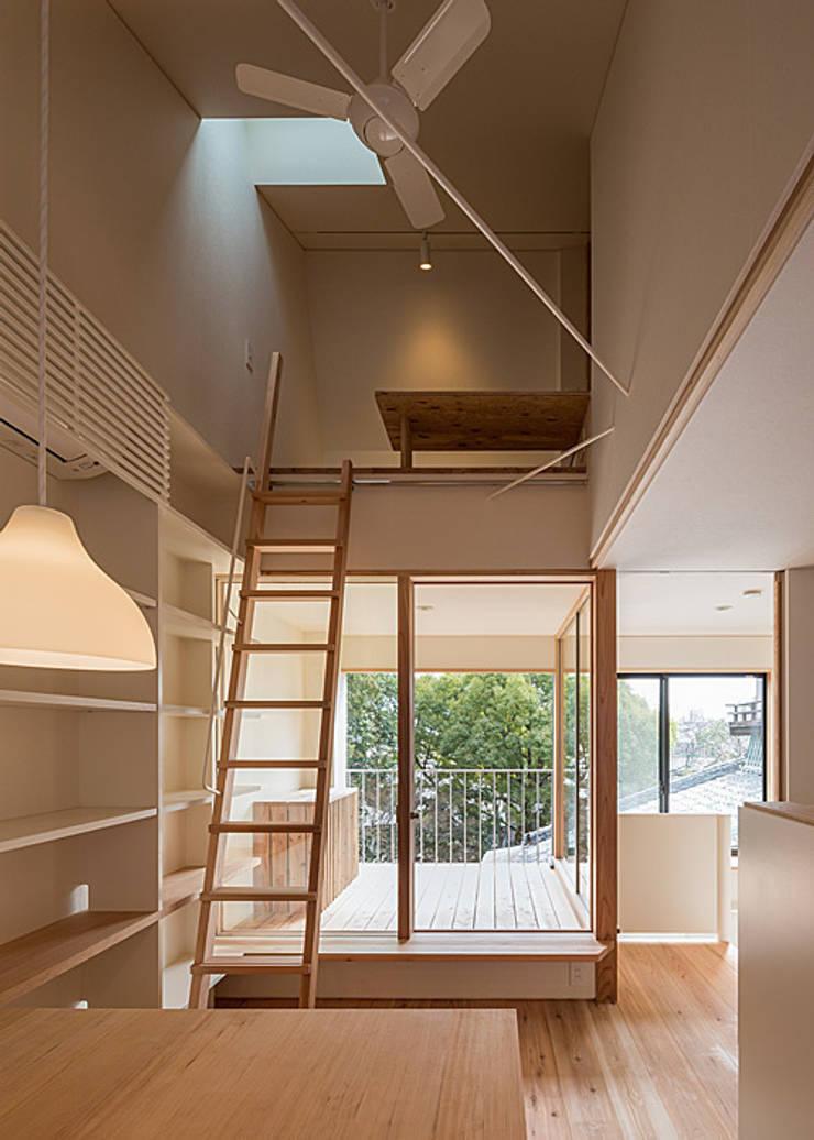 インナーテラス・広間: 河合建築デザイン事務所が手掛けたリビングです。,