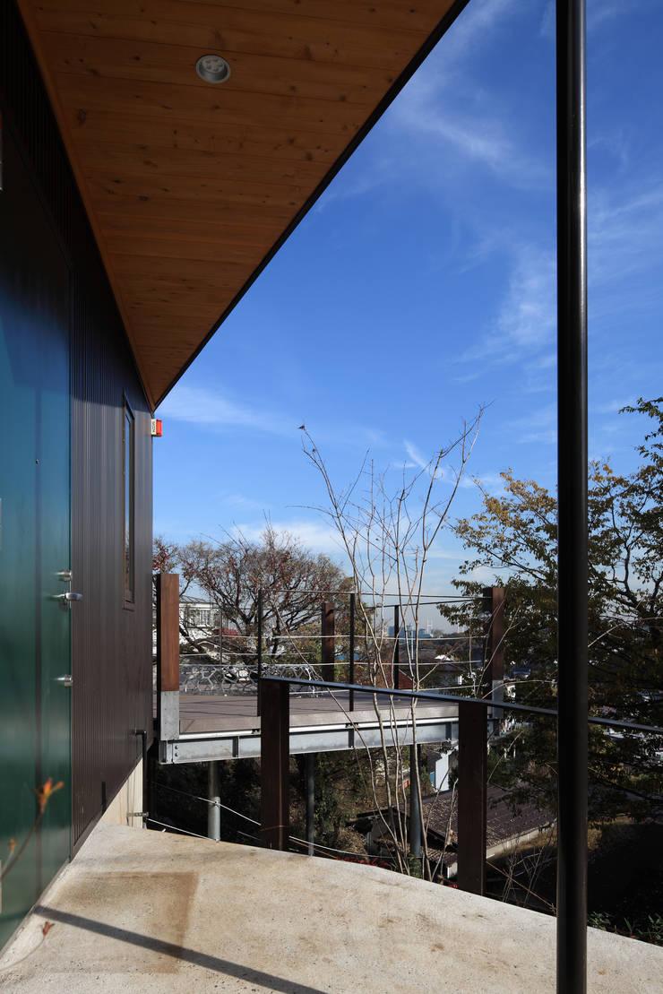 横浜の家: TAMAI ATELIERが手掛けたテラス・ベランダです。,