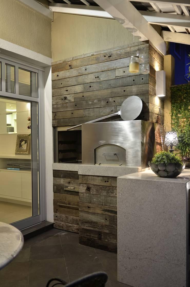 Elegante casa em condomínio: Terraços  por Tania Bertolucci  de Souza     Arquitetos Associados