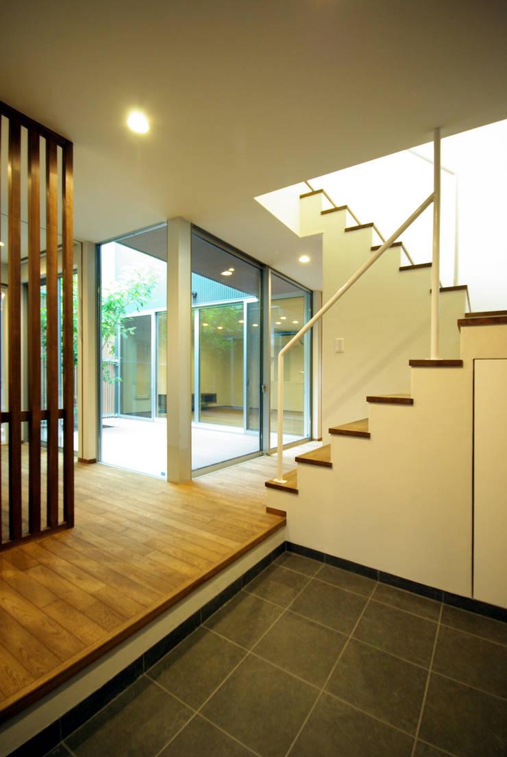 木町の家: アトリエ イデ 一級建築士事務所が手掛けた廊下 & 玄関です。