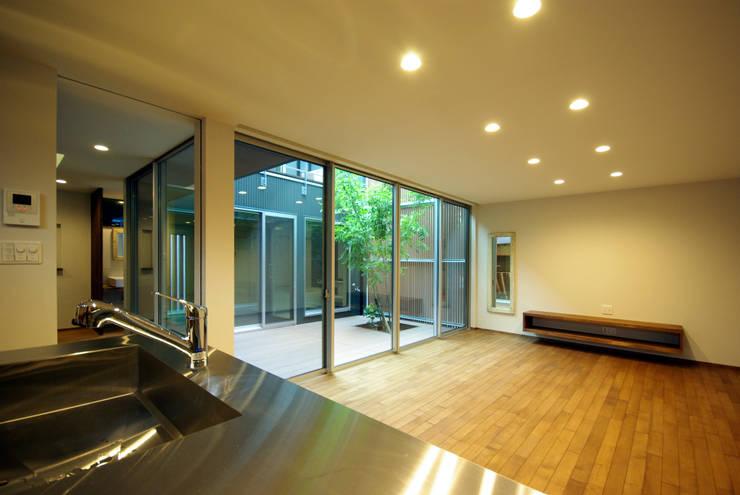 木町の家: アトリエ イデ 一級建築士事務所が手掛けたリビングです。