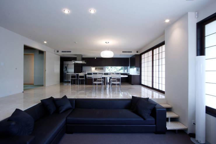 成城の家2: 田代計画設計工房が手掛けたリビングです。
