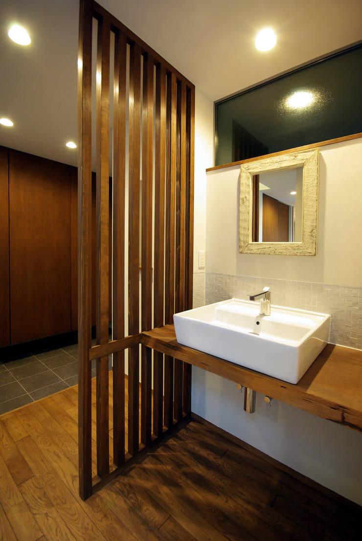 木町の家: アトリエ イデ 一級建築士事務所が手掛けた浴室です。