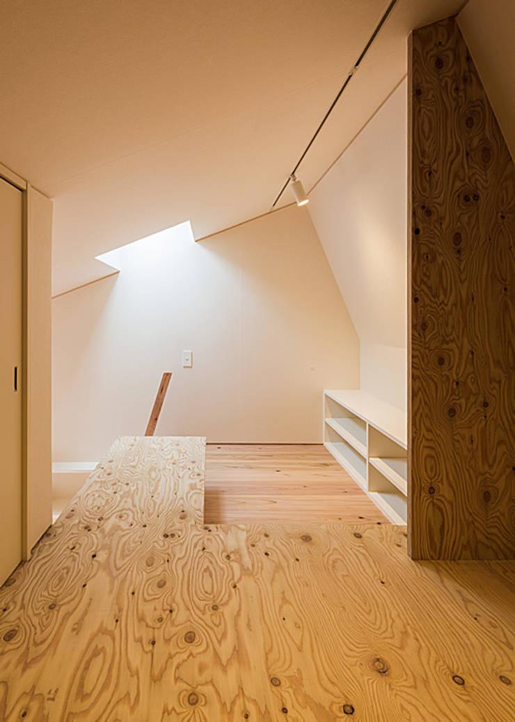 ロフト(寝室): 河合建築デザイン事務所が手掛けた和室です。,