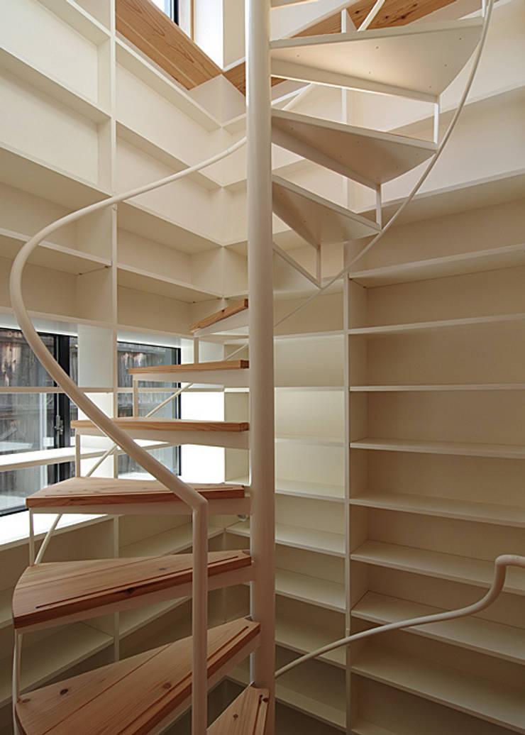 螺旋階段: 河合建築デザイン事務所が手掛けた廊下 & 玄関です。,