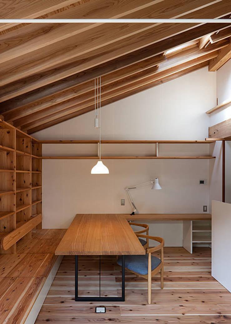 広間・食卓テーブル(造付け): 河合建築デザイン事務所が手掛けたダイニングです。