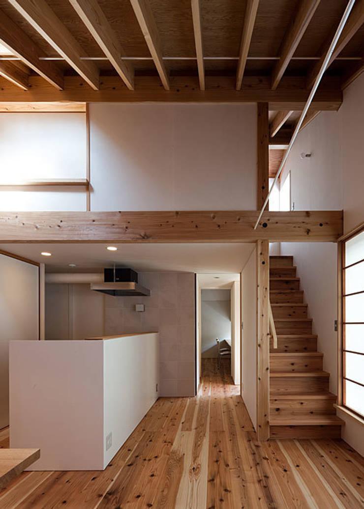 広間・屋根裏階への階段: 河合建築デザイン事務所が手掛けたリビングです。