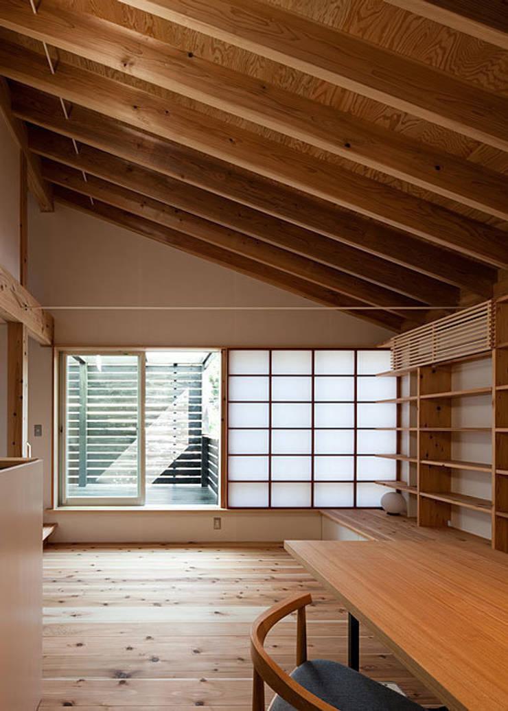 広間・テラスを見る: 河合建築デザイン事務所が手掛けたリビングです。