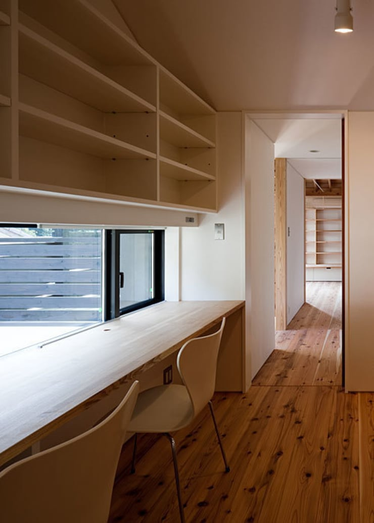 子供室(共用コーナー)から廊下を見る: 河合建築デザイン事務所が手掛けた和室です。