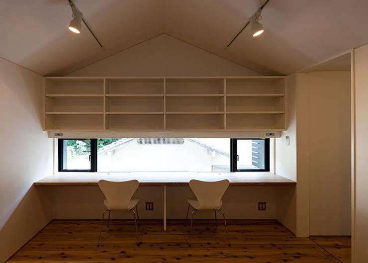 子供室(共用コーナーの造付けデスクと吊り書棚): 河合建築デザイン事務所が手掛けた子供部屋です。