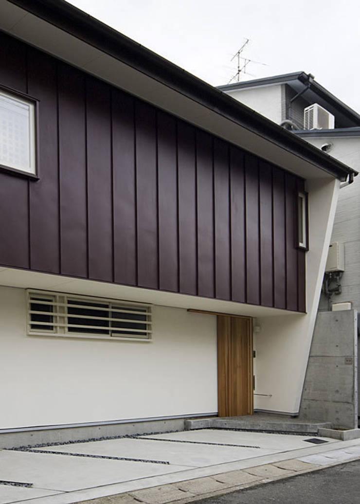 北側外観(軒下空間はガレージとなる): 河合建築デザイン事務所が手掛けた家です。
