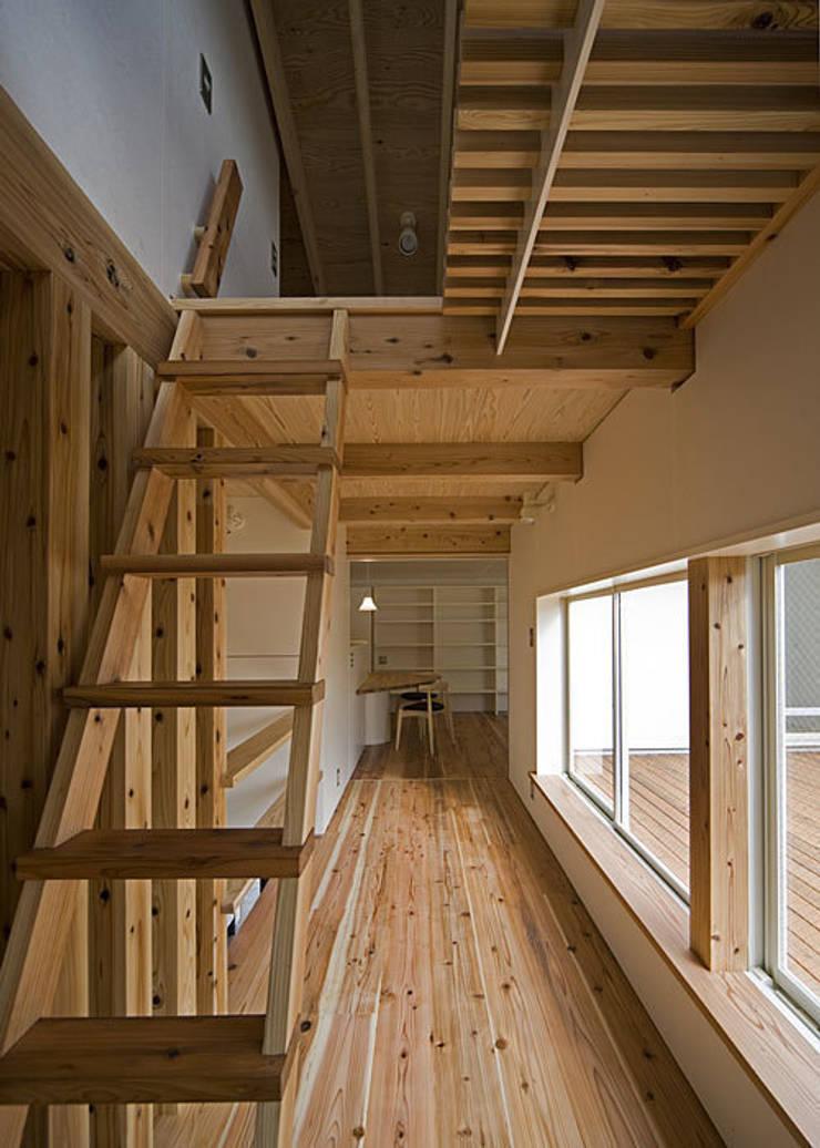 ロフト梯子: 河合建築デザイン事務所が手掛けた廊下 & 玄関です。