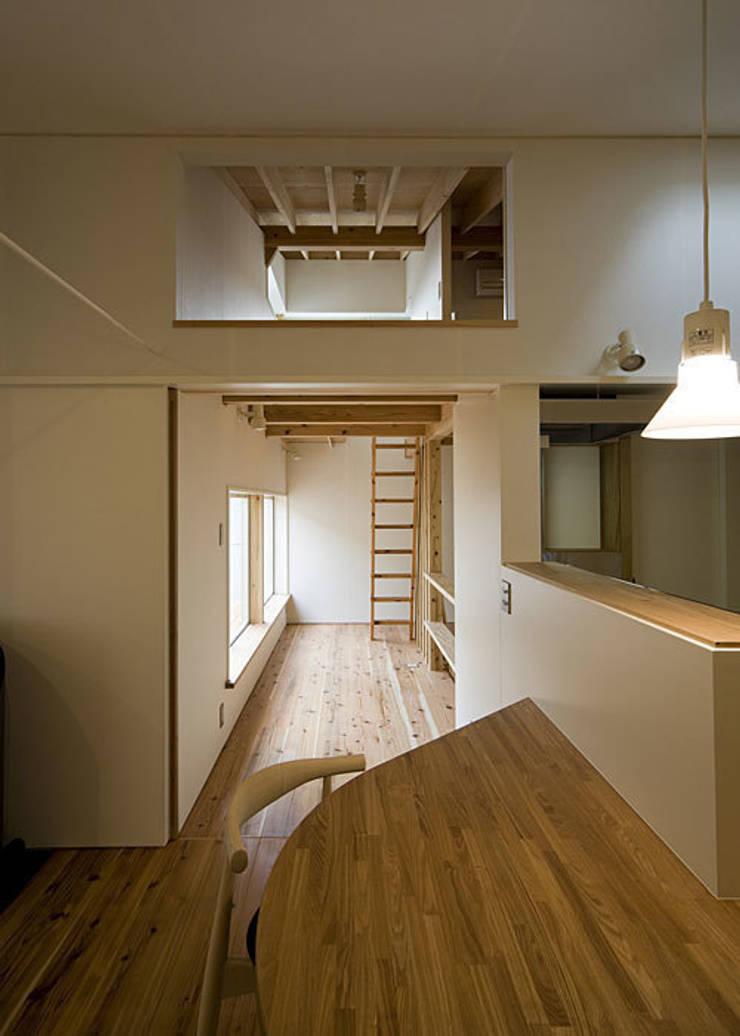 広縁とロフト: 河合建築デザイン事務所が手掛けた廊下 & 玄関です。