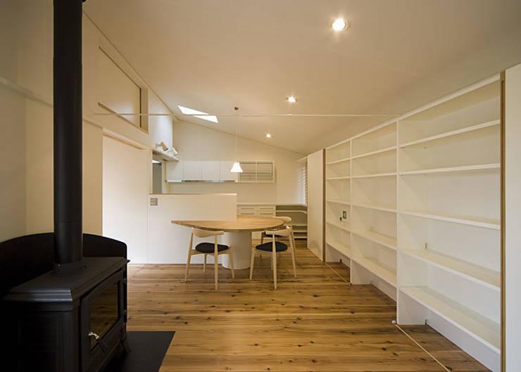 広間: 河合建築デザイン事務所が手掛けたリビングです。
