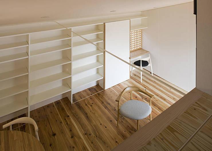 ロフトより広間を見る: 河合建築デザイン事務所が手掛けた和室です。