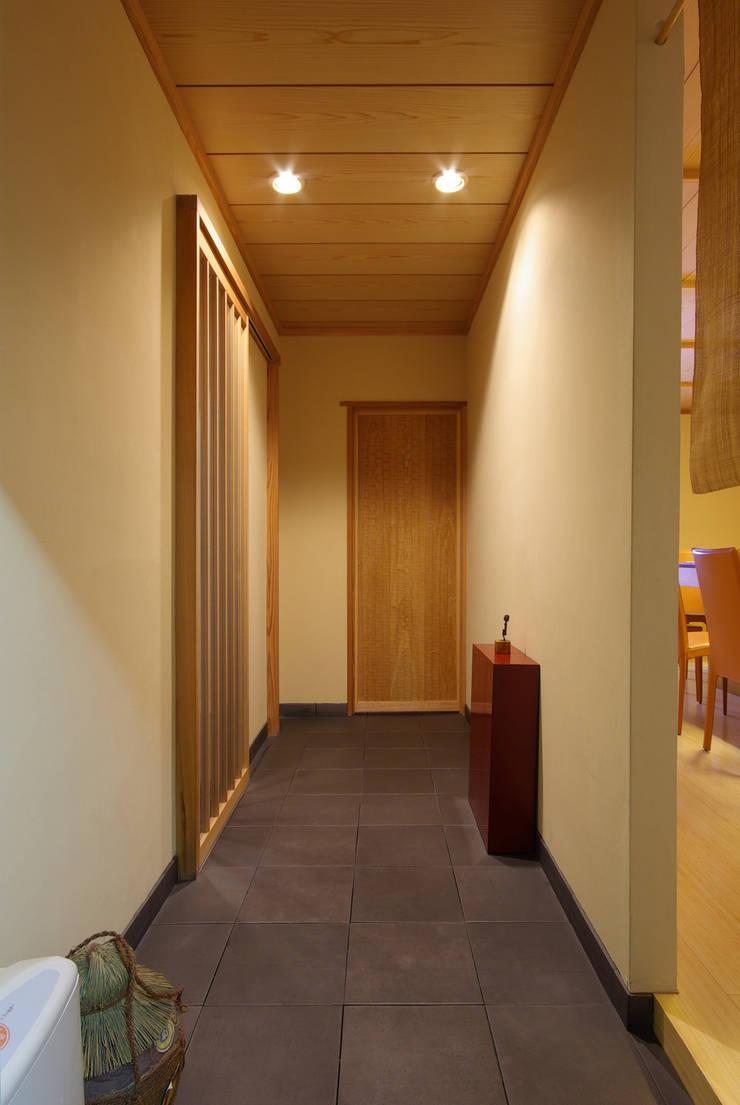 Corredores, halls e escadas clássicos por アトリエ イデ 一級建築士事務所 Clássico