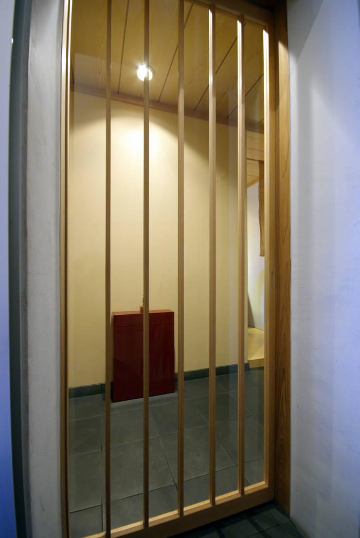 すし 小山: アトリエ イデ 一級建築士事務所が手掛けた窓です。