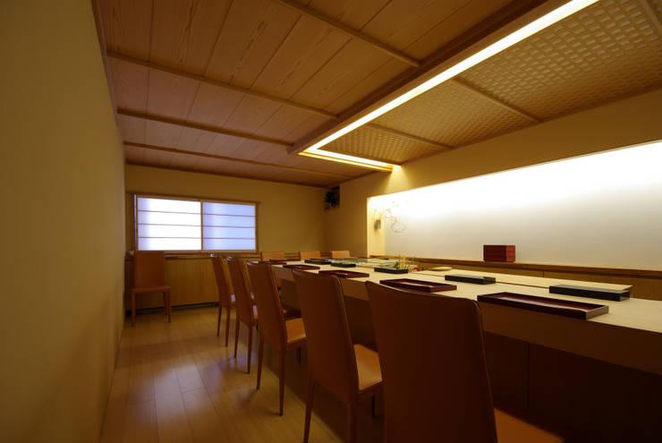 すし 小山: アトリエ イデ 一級建築士事務所が手掛けたダイニングです。