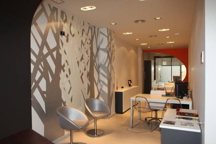 Árboles en estilo gráfico: Oficinas y Tiendas de estilo  de Murales Divinos, Escandinavo