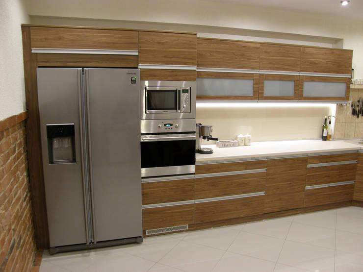 Nowoczesne meble kuchenne z cegłą rustykalną: styl , w kategorii Kuchnia zaprojektowany przez FILMAR meble