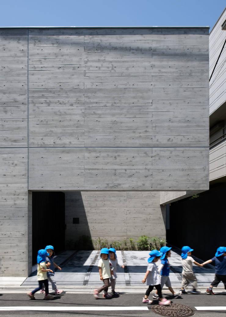 EXTERIOR approach: 株式会社ラウンドテーブル|一級建築士事務所が手掛けた家です。