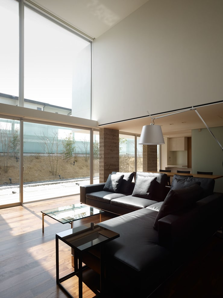 living to garden: 株式会社ラウンドテーブル|一級建築士事務所が手掛けたリビングです。
