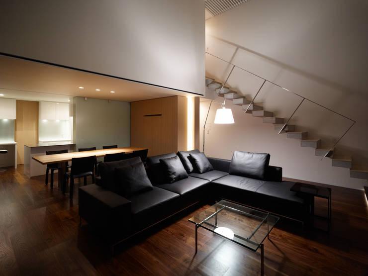 living zone: 株式会社ラウンドテーブル|一級建築士事務所が手掛けたリビングです。