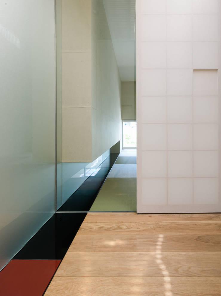 japanese ROOM with URUSHI panel: 株式会社ラウンドテーブル|一級建築士事務所が手掛けた和室です。