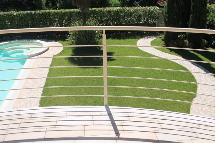 Villa in Nuvolento (Bs): Giardino in stile in stile Moderno di Studio Ing. Elisa Zubani