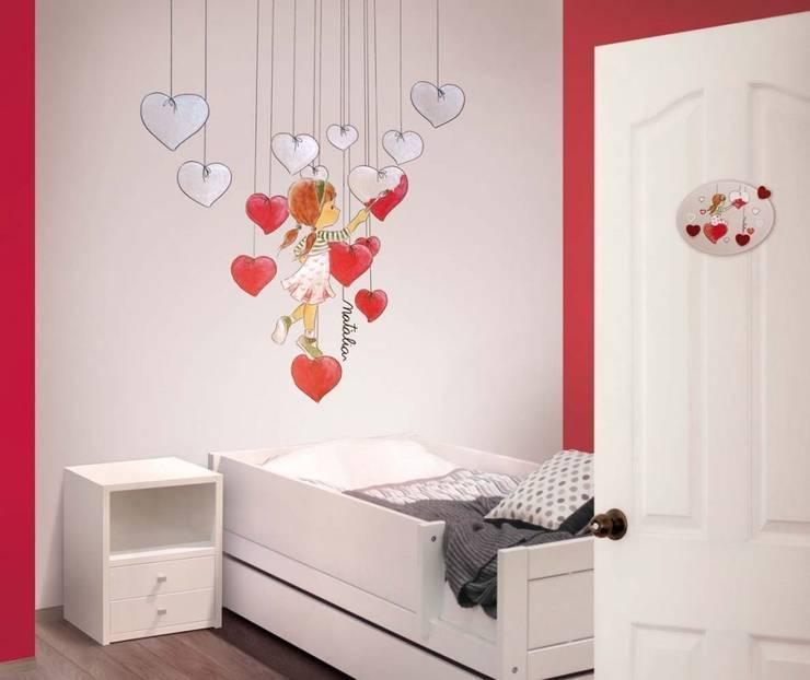 Niña pintando corazones Dormitorios infantiles de estilo mediterráneo de Murales Divinos Mediterráneo