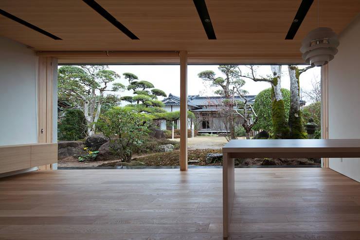 リビング: ISDアーキテクト/一級建築士事務所が手掛けた庭です。