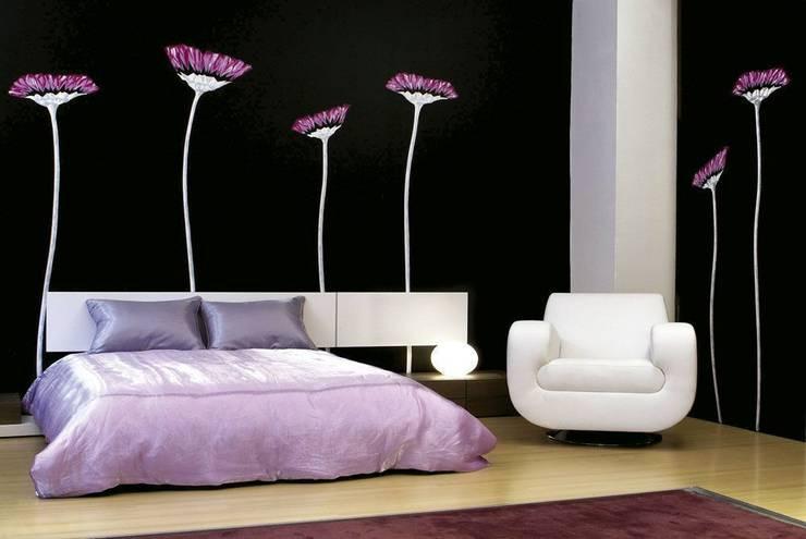 Flores lilas: Dormitorios de estilo  de Murales Divinos