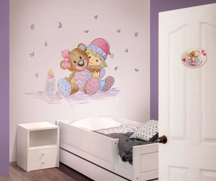 Bebé con osito Dormitorios infantiles de estilo moderno de Murales Divinos Moderno