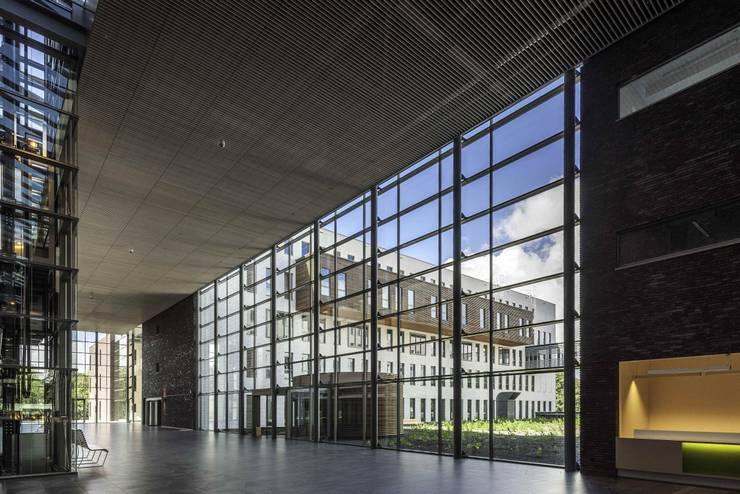 Massief houten grill systeem:  Ziekenhuizen door Derako International B.V., Modern