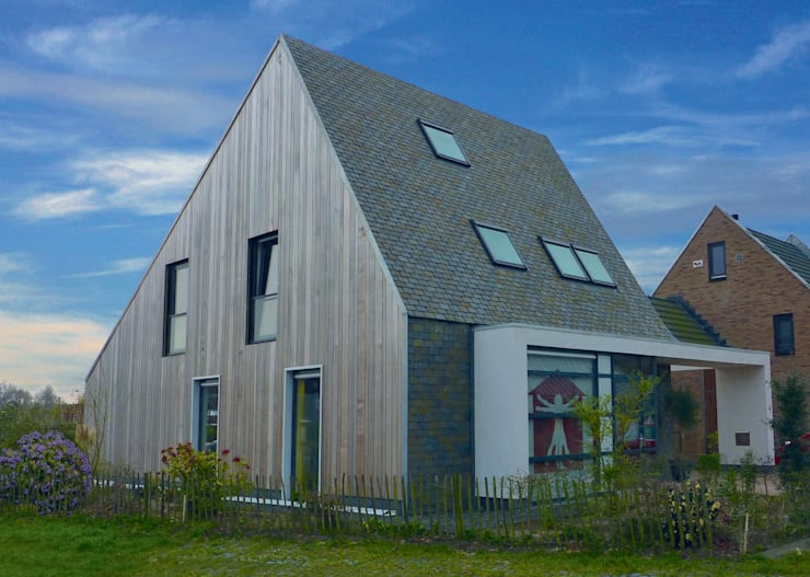 Massief houten facade:  Huizen door Derako International B.V.
