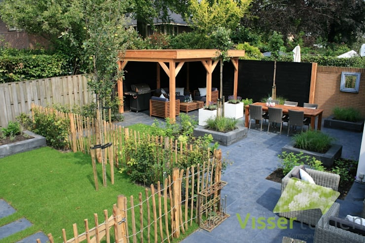 Sfeervolle lounge tuin:  Tuin door Visser Tuinen
