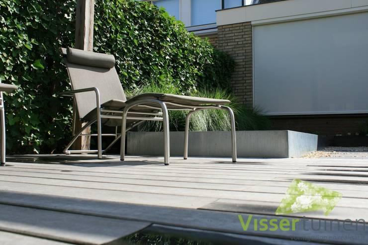 Moderne achtertuin:  Tuin door Visser Tuinen, Modern